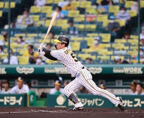 阪神対DeNA 1回裏阪神無死、中越え本塁打を放つ近本(撮影・清水貴仁)