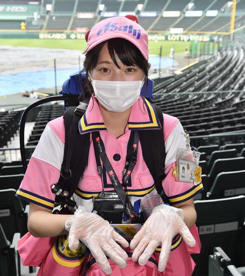 阪神対DeNA マスク、手袋を着用して声をかけずにスタンドを回るビールの売り子(代表撮影)
