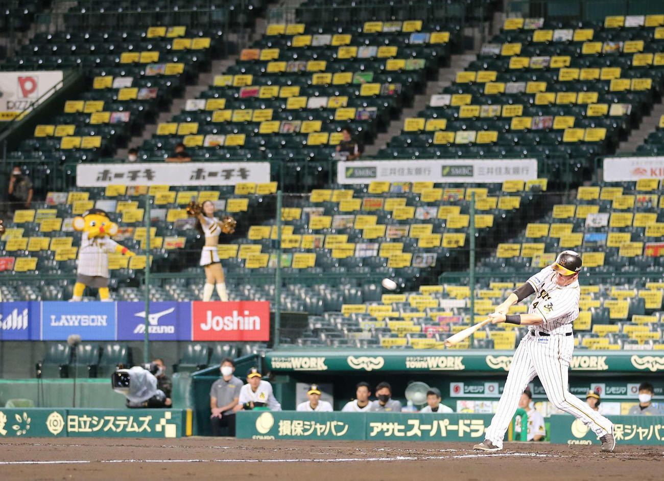 阪神対巨人 7回裏阪神無死一塁、ファンの声援ボードを背に先制の2点本塁打を放つボーア(撮影・河野匠)