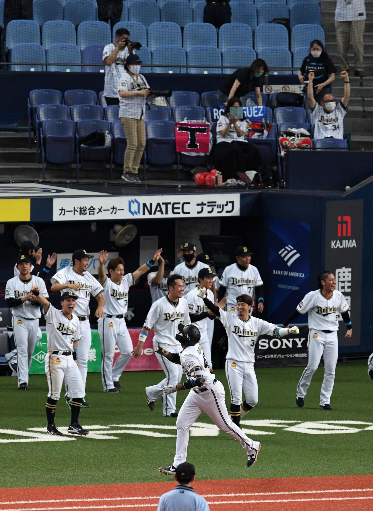 オリックス対日本ハム 9回裏オリックス2死一、二塁、左越えサヨナラ3点本塁打を放ち喜ぶロドリゲスとナインとファン(撮影・前岡正明)