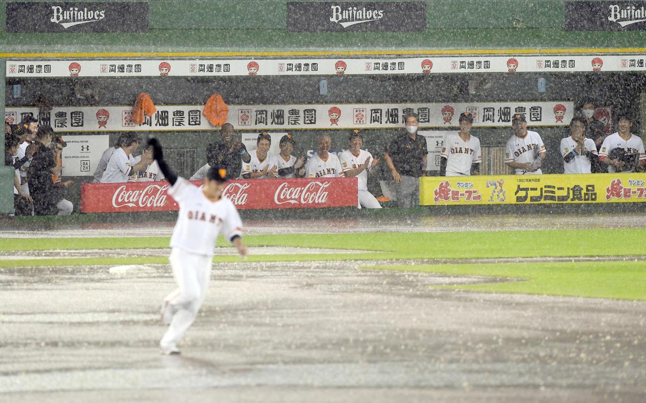 巨人対ヤクルト 雨天中止となり巨人の岸田がウィーラーのユニホームを着てものまねを披露。選手たちも大喜び(撮影・たえ見朱実)