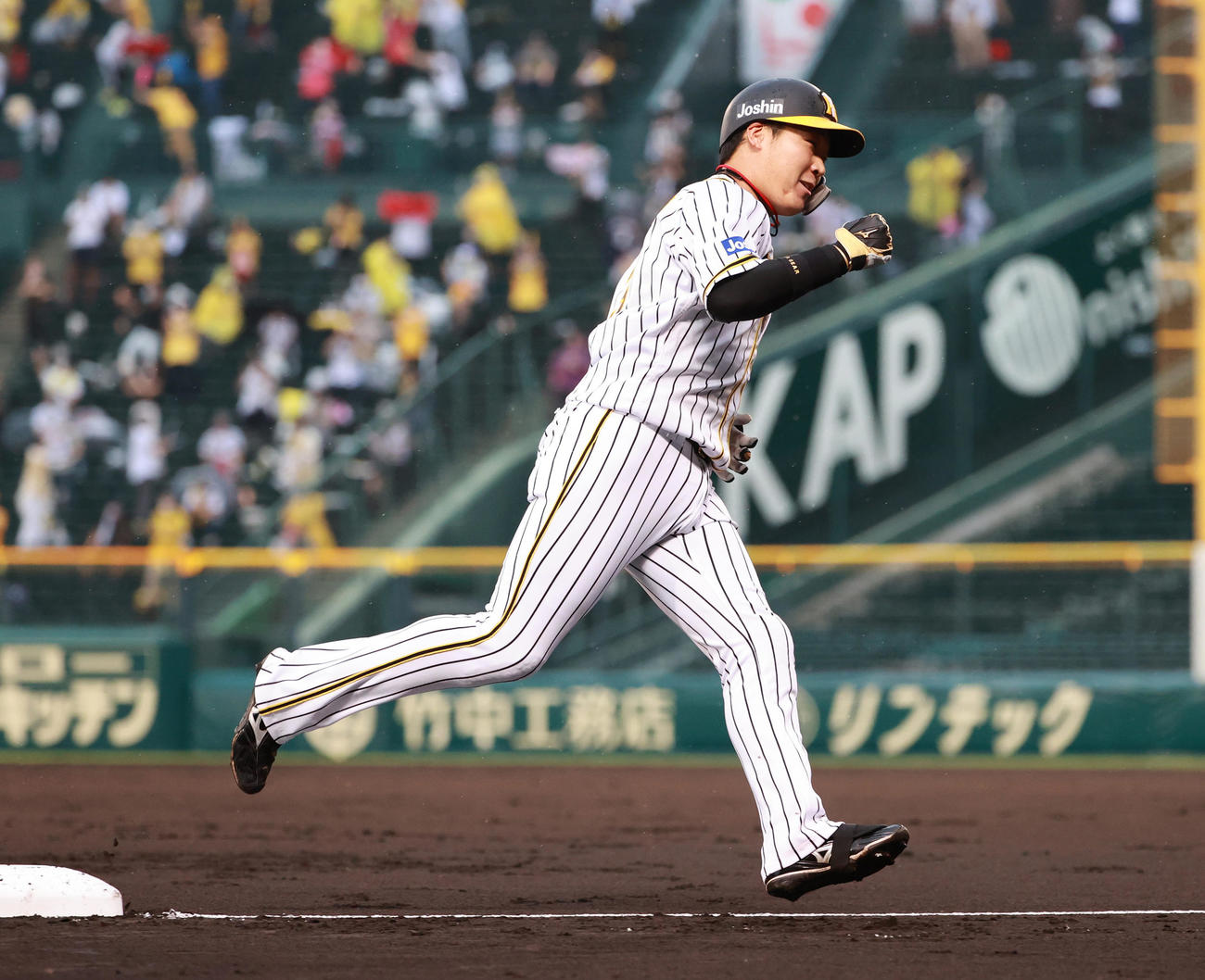 阪神対DeNA 1回裏阪神1死、左越え本塁打を放つ大山悠輔(撮影・清水貴仁)
