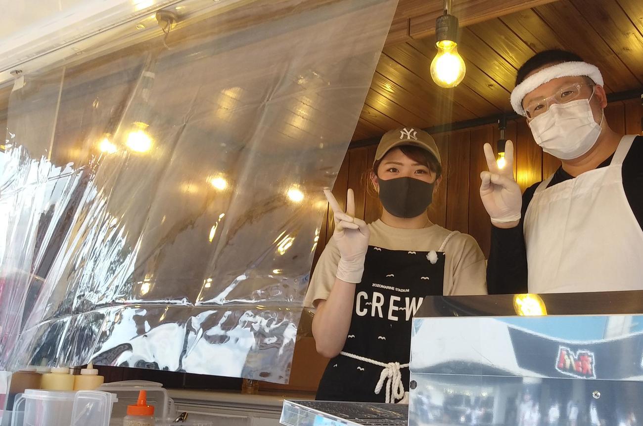 タコ焼き店でもビニールシートを張り、マスクに手袋と常に消毒は「必須ですね。でも味はいつもと同じでおいしいですよ」とピースサイン