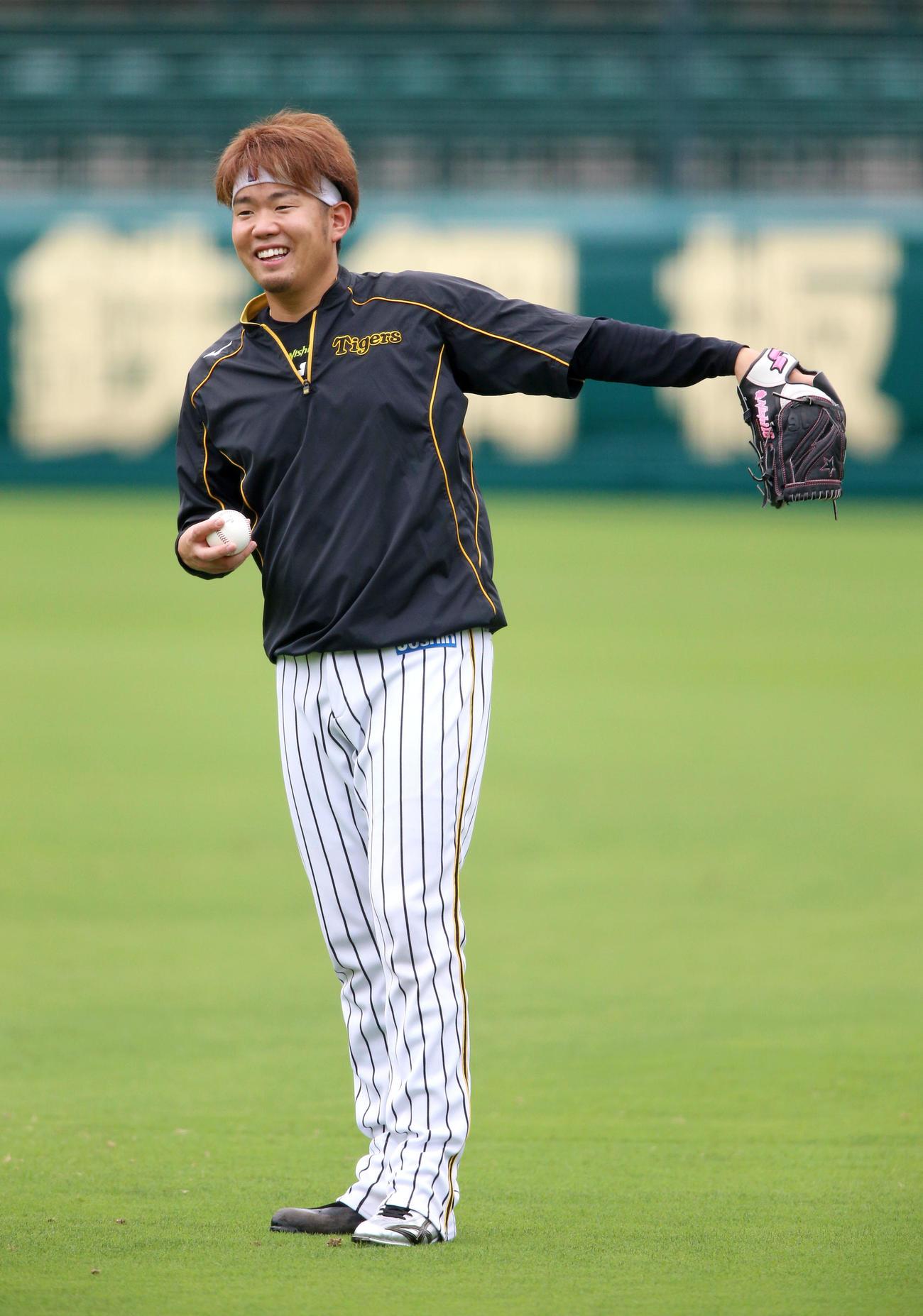試合前の練習で、笑顔を見せる西勇(撮影・上山淳一)