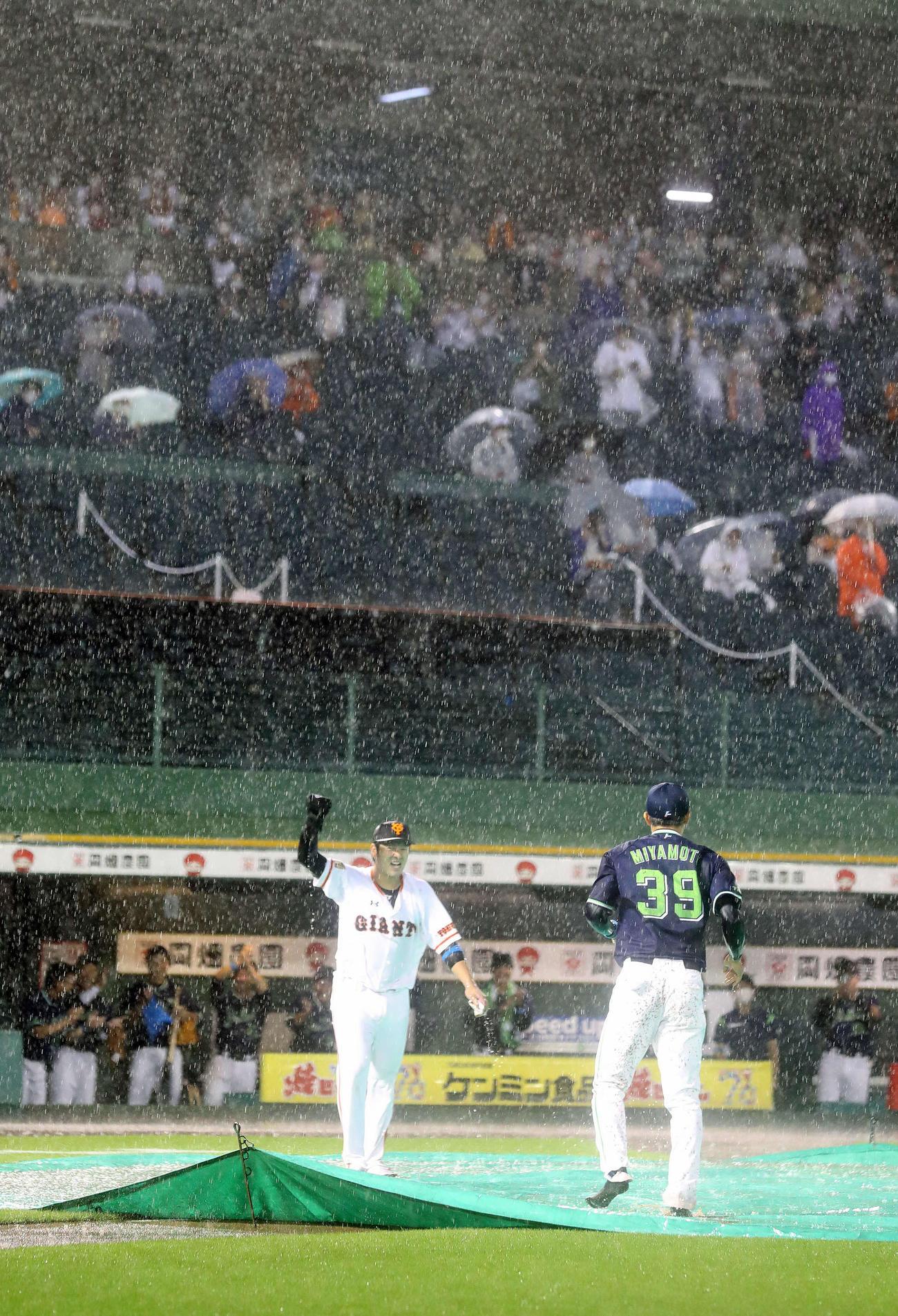 巨人対ヤクルト 試合が中止となり、ベースランニングを披露した巨人岸田(左)とヤクルト宮本(撮影・河野匠)