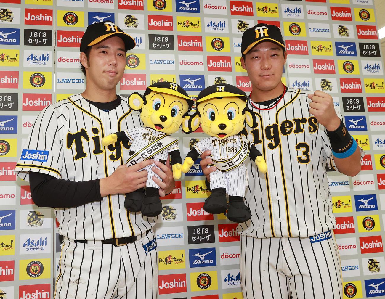 阪神対DeNA お立ち台で笑顔を見せる青柳(左)と大山(代表撮影)