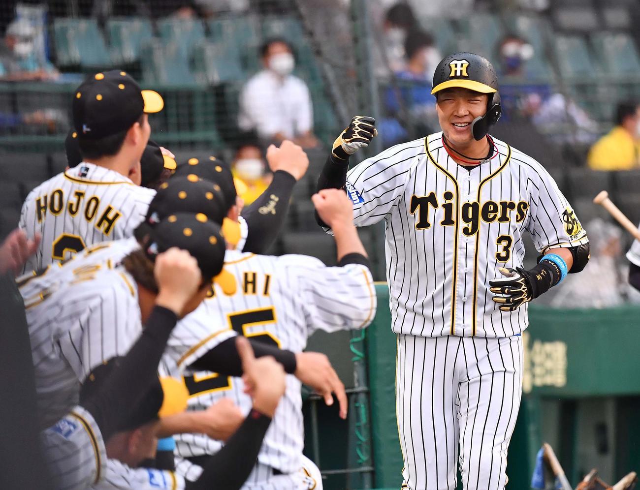 阪神対DeNA 1回裏阪神1死、大山は左越え本塁打を放ち笑顔を見せる(撮影・上田博志)