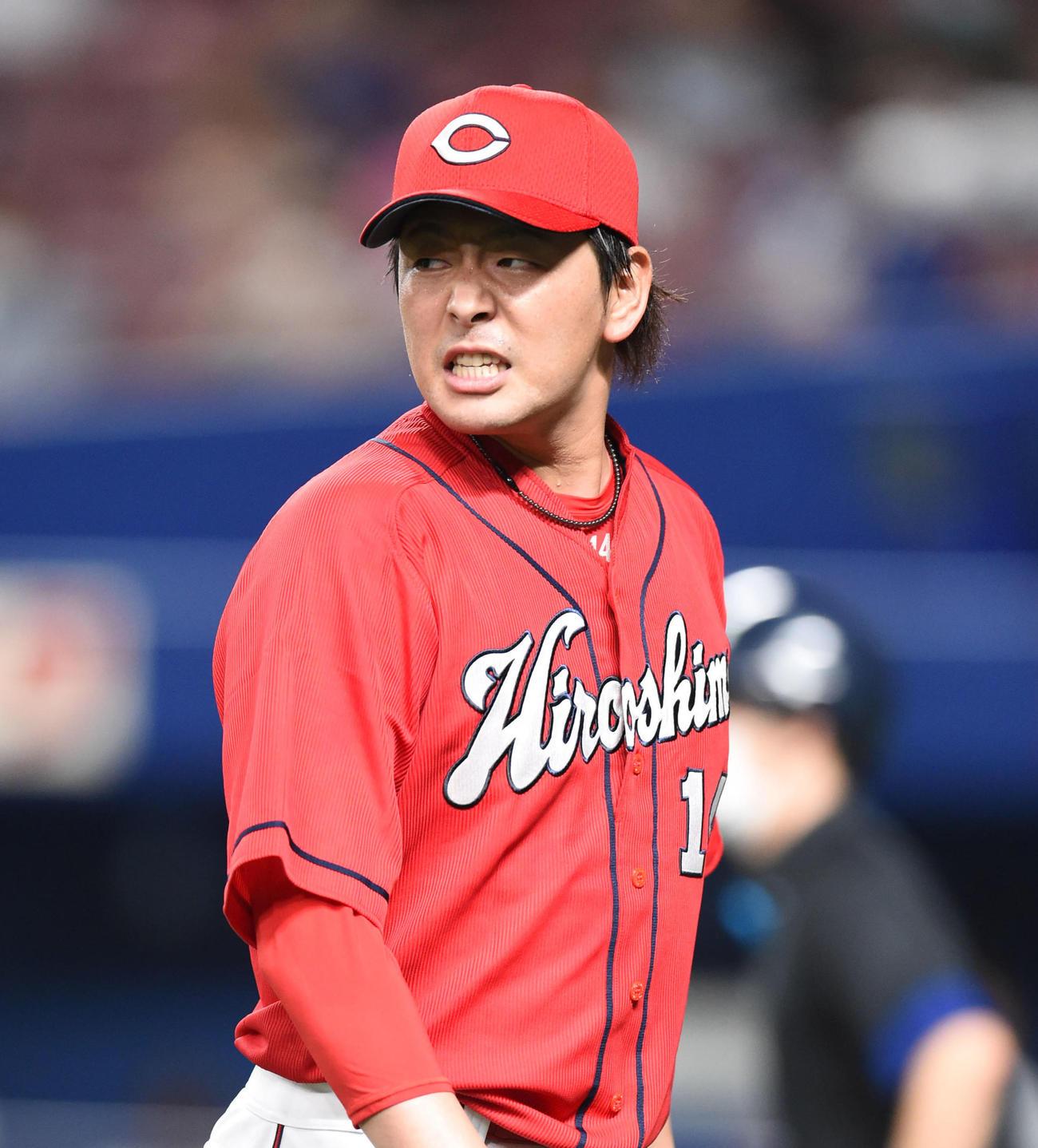プロ野球中日対広島 5回裏中日攻撃終了、険しい表情でベンチへ戻る大瀬良大地(撮影・森本幸一)
