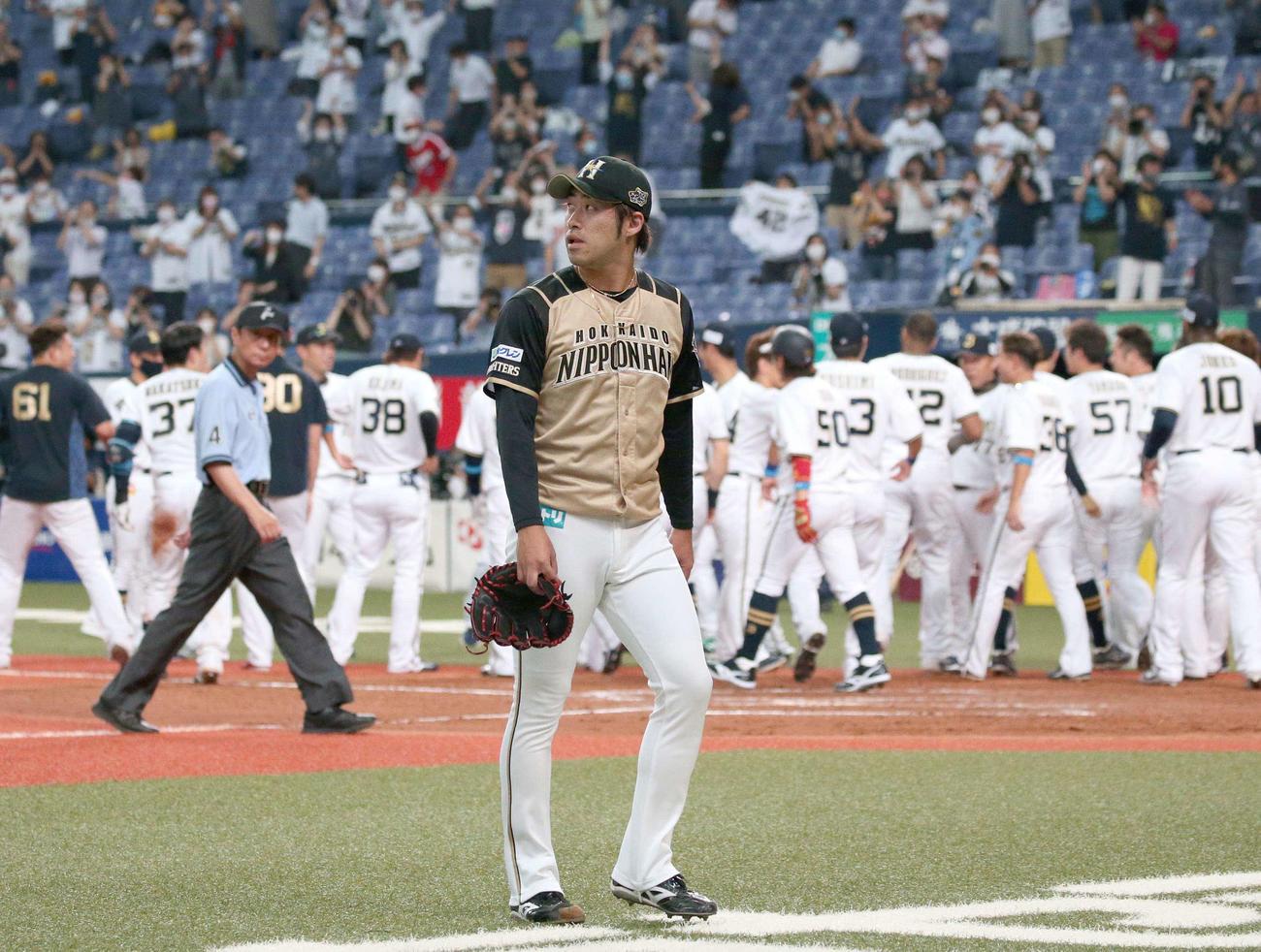 オリックス対日本ハム 9回裏、ロドリゲスにサヨナラ3点本塁打を浴び引き揚げる秋吉(撮影・黒川智章)