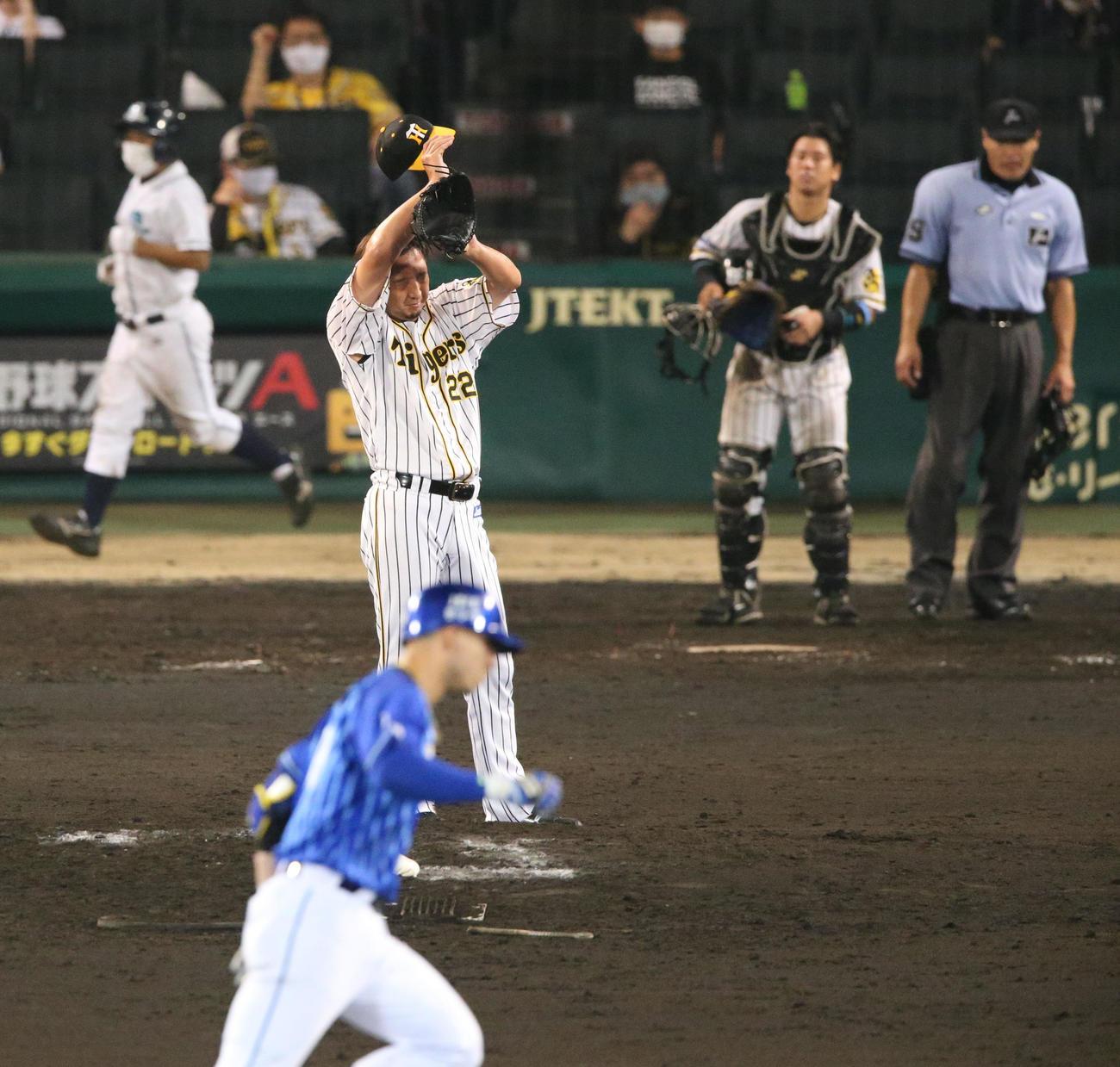 阪神対DeNA 9回表DeNA1死一塁、藤川はソトに逆転左中間越え2点本塁打を被弾する(撮影・上山淳一)