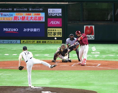 内田靖人は右越えに3点本塁打を放つ(撮影・梅根麻紀)