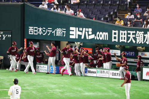 内田靖人は右越え3点本塁打を放ちベンチのナインと喜ぶ(撮影・梅根麻紀)
