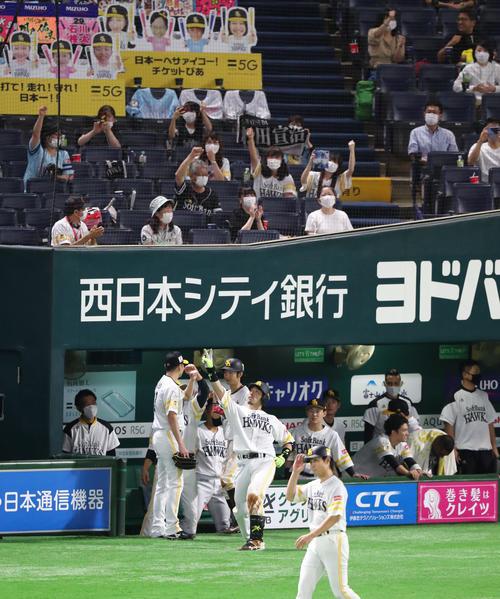 松田宣浩は左中間に同点となる2点本塁打を放ちポーズを決める(撮影・梅根麻紀)