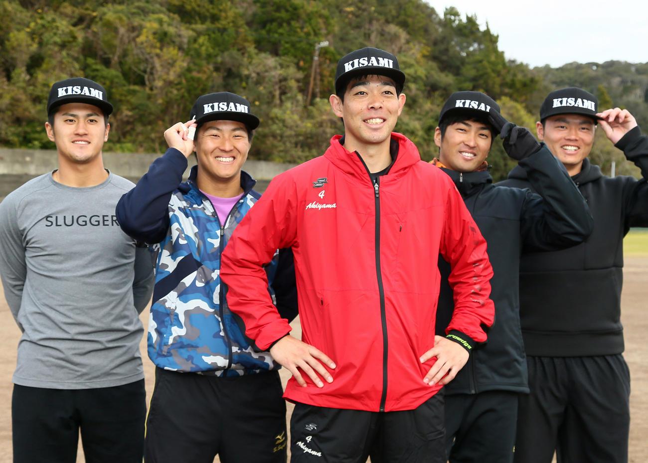 自主トレで笑顔を見せるレッズ秋山翔吾(中央)と西武鈴木将平(左から2人目)ら(2020年1月16日撮影)