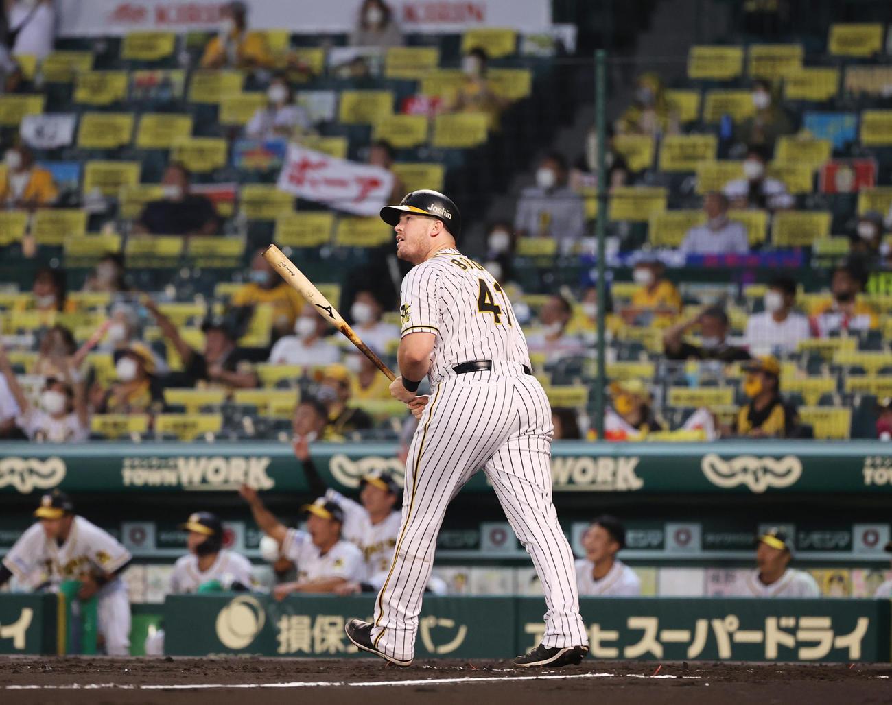 阪神対DeNA 2回裏阪神無死二塁、左中間へ先制2点本塁打を放つジャスティン・ボーア(撮影・清水貴仁)