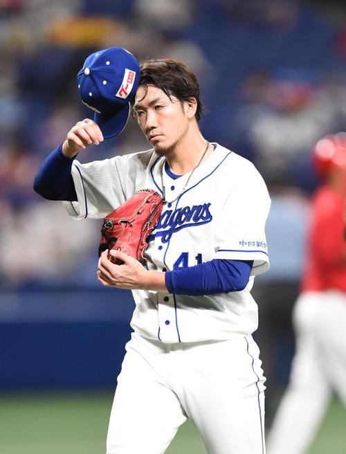 プロ野球中日対広島 3回表広島無死一、二塁、マウンドを降りる中日先発の勝野昌慶(撮影・森本幸一)