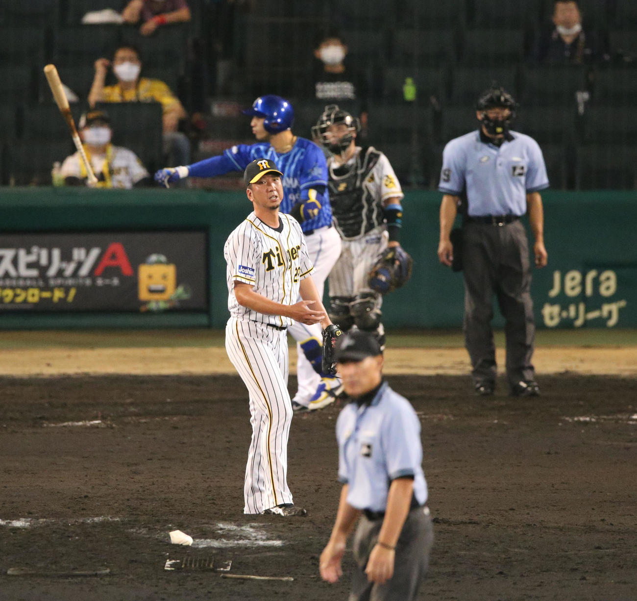 阪神対DeNA 9回表DeNA1死一塁、藤川はソトに勝ち越し2点本塁打を浴びる(撮影・上山淳一)