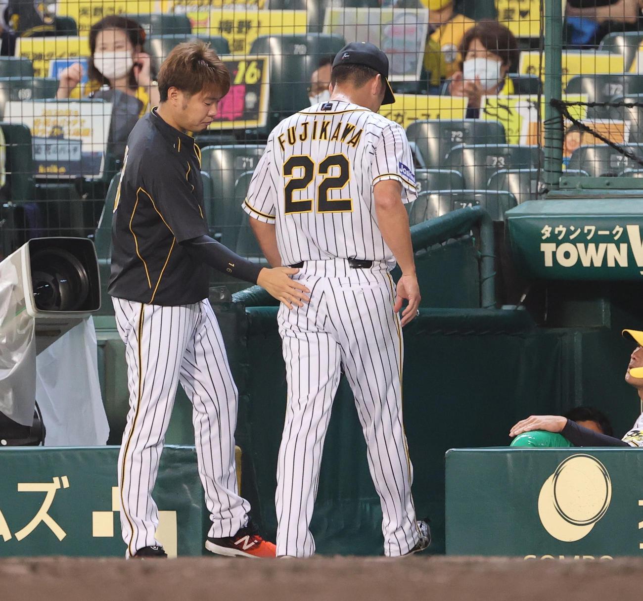 阪神対DeNA 9回表DeNA1死一塁、ソトに勝ち越しの2点本塁打を浴び降板となった藤川球児(右)を出迎える西勇(撮影・清水貴仁)