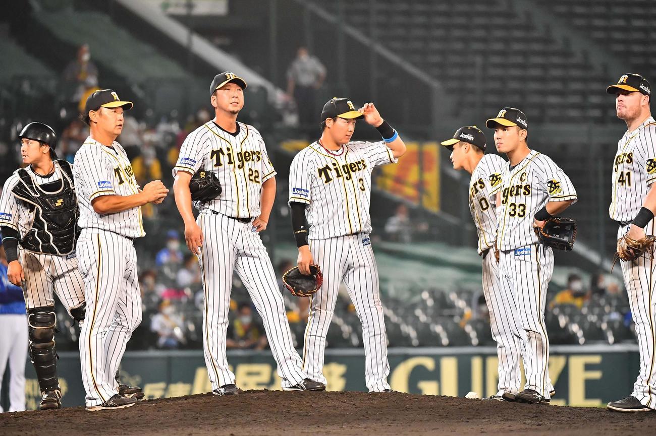 阪神対DeNA 9回表DeNA1死一塁、ソトに勝ち越し2点本塁打を浴び降板する藤川(左から3人目)(撮影・上田博志)