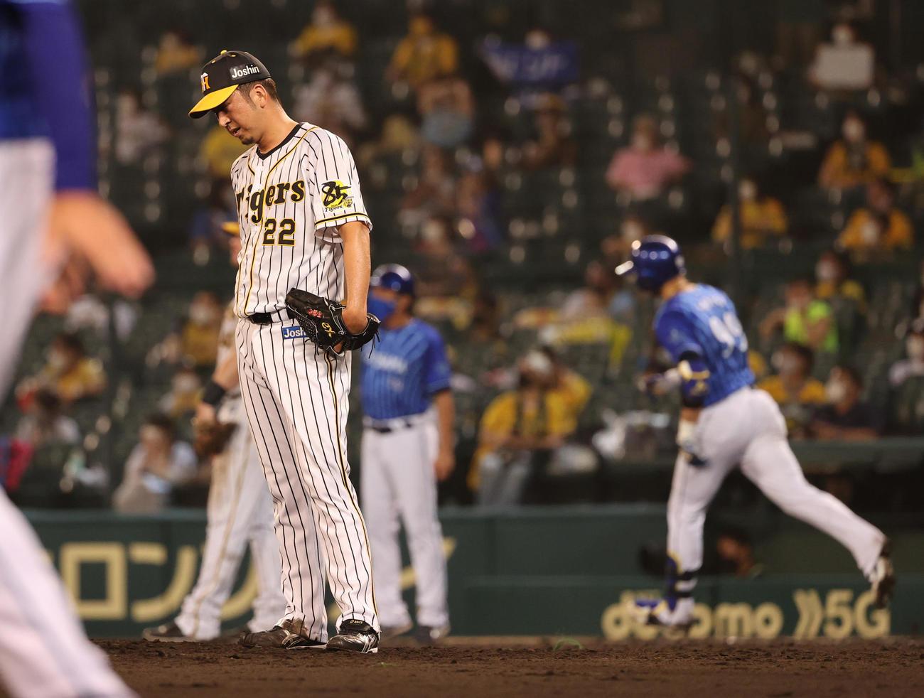 阪神対DeNA 9回表DeNA1死一塁、ソトに勝ち越しの2点本塁打を浴びる藤川(撮影・清水貴仁)