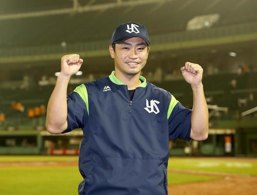 巨人対ヤクルト チーム8000号となる本塁打を放った青木は試合後、笑顔でガッツポーズ(撮影・前田充)