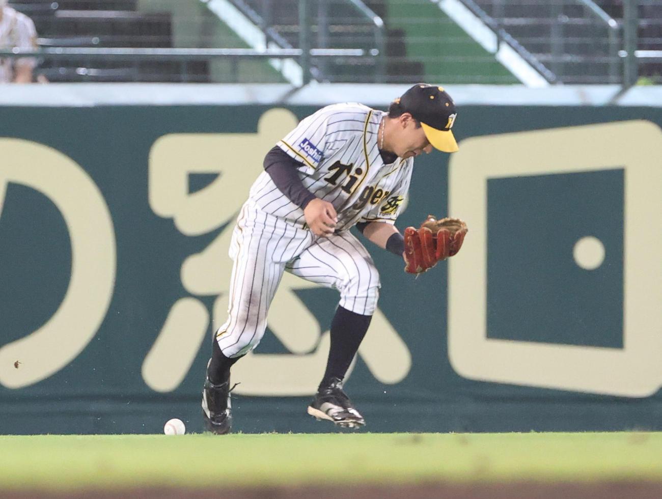 阪神対DeNA 9回表DeNA1死一塁、桑原の中前打を後逸する中堅手植田(撮影・清水貴仁)