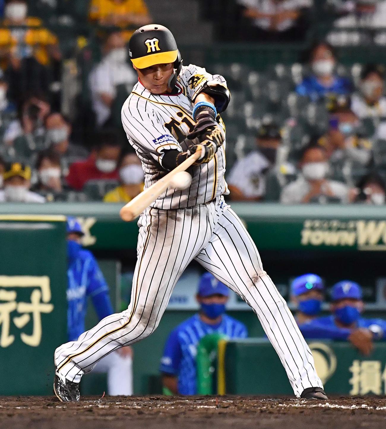 阪神対DeNA 8回裏阪神2死二塁、大山は右翼線に適時二塁打を放つ(撮影・上田博志)