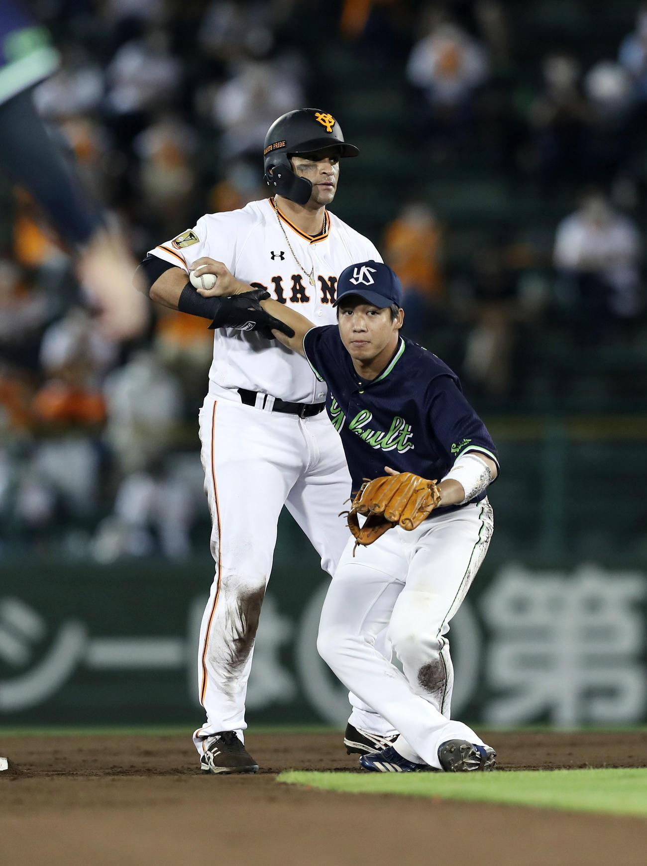 炭谷の遊ゴロで二塁へ滑りこんだパーラ(左)は、高津監督のリクエストにより守備妨害と判定される。右は二塁手山田哲(撮影・前田充)