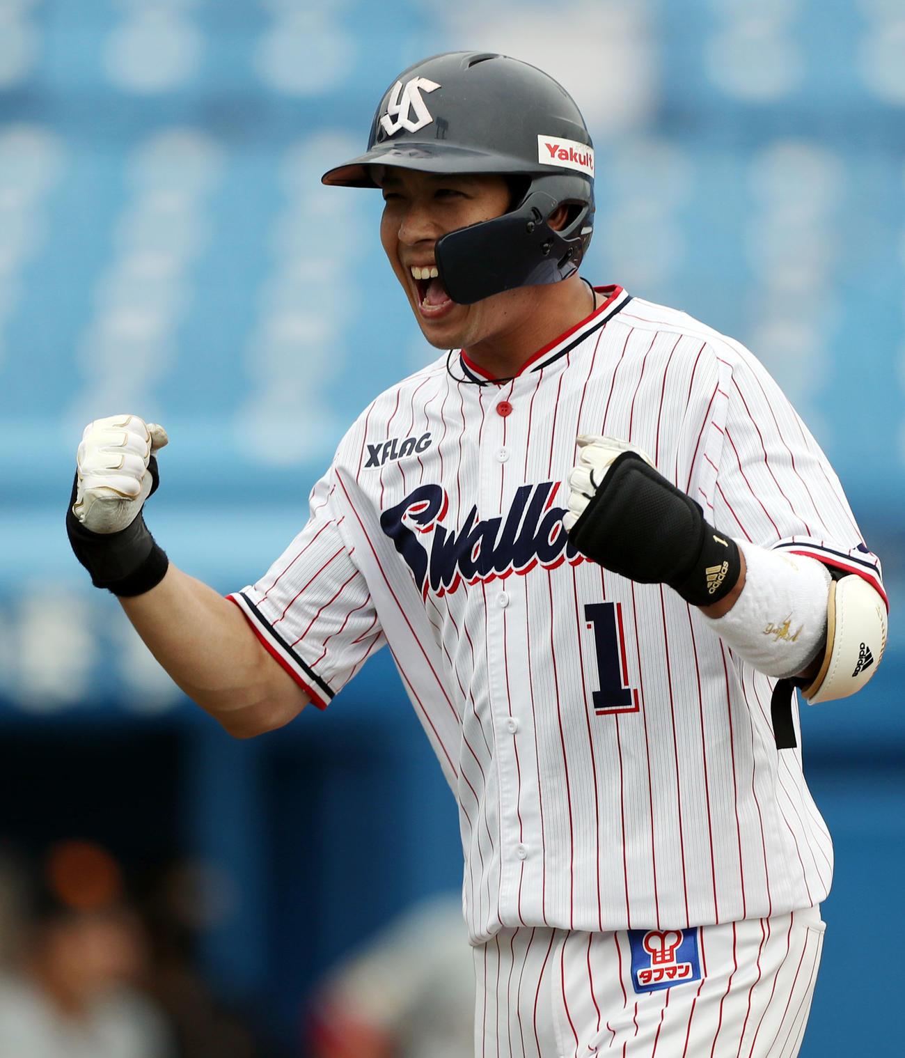 満塁本塁打を放ち、ガッツポーズでほえる山田哲人(2020年6月27日撮影)