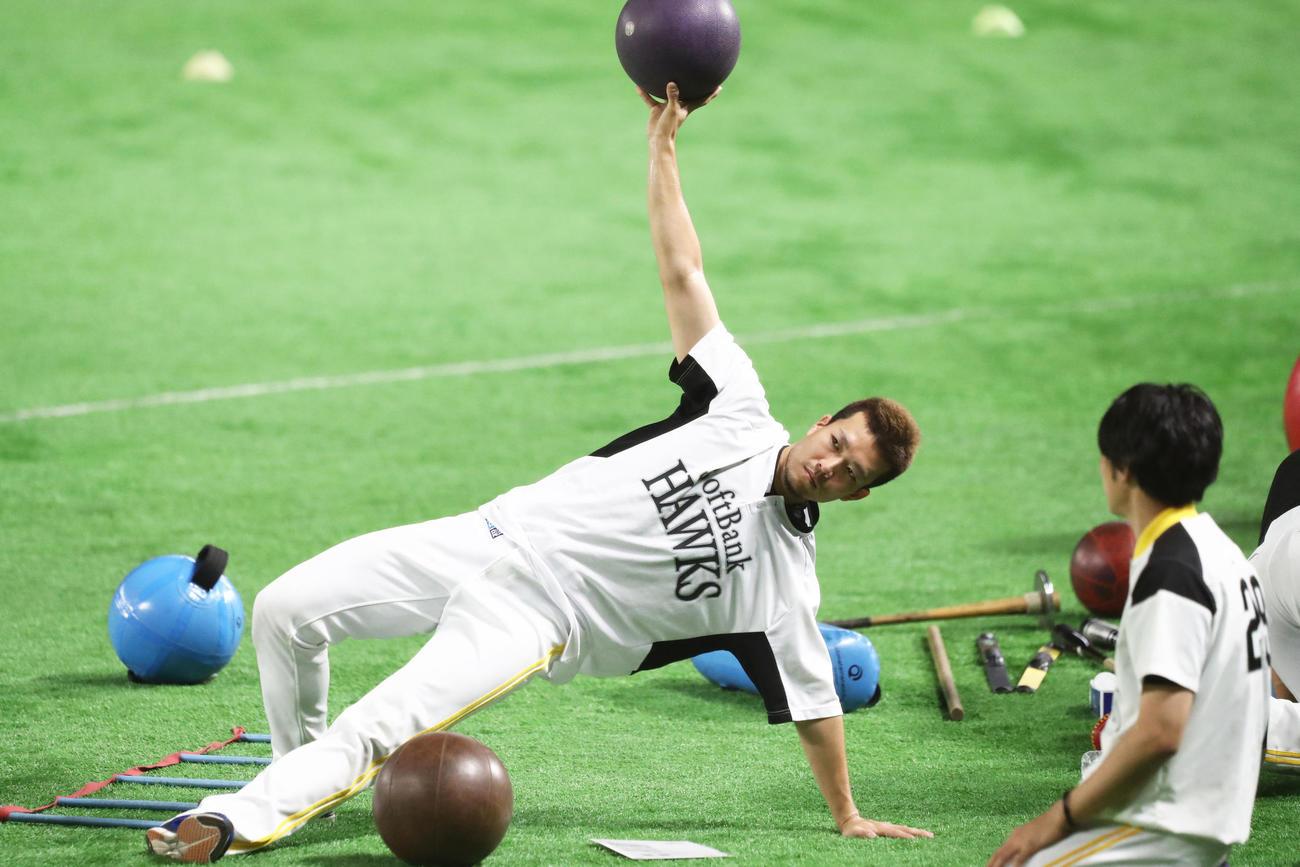 メディシンボールをつかってトレーニングを行う千賀滉大(撮影・梅根麻紀)