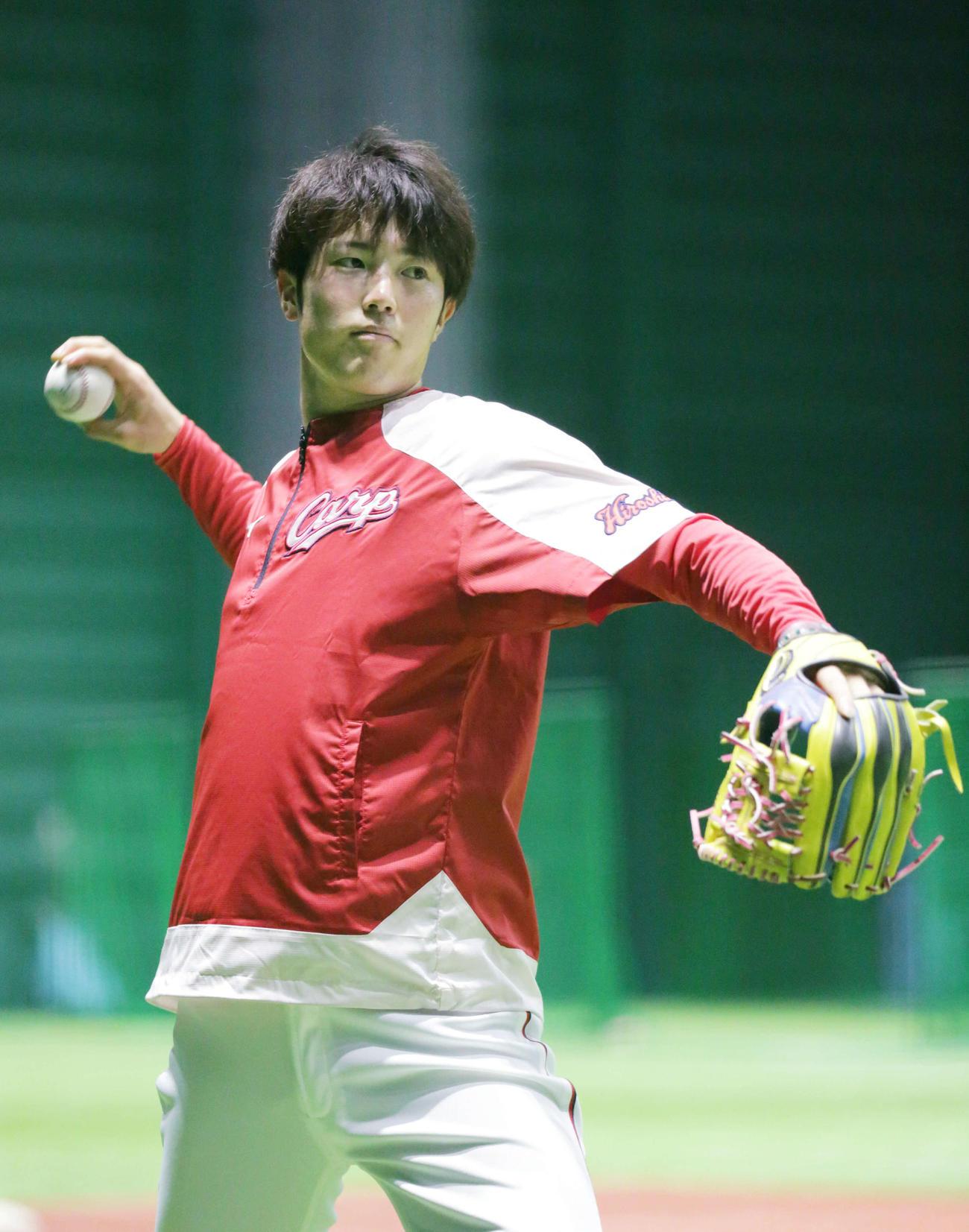 プロ野球広島 投手指名練習 投げ込む森下(撮影・加藤孝規)