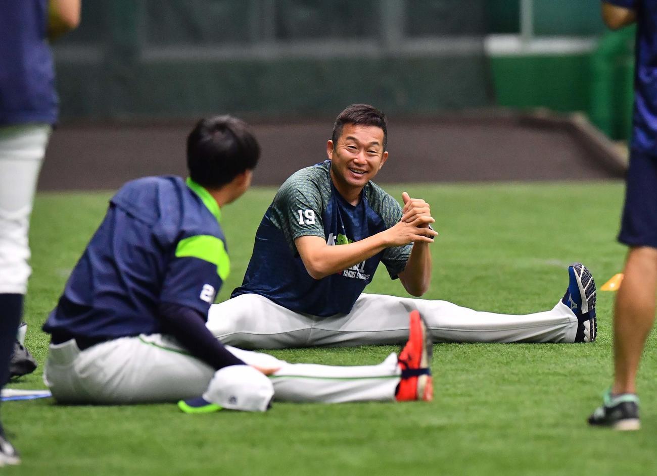 吉田大喜(左)と談笑する石川(撮影・上田博志)