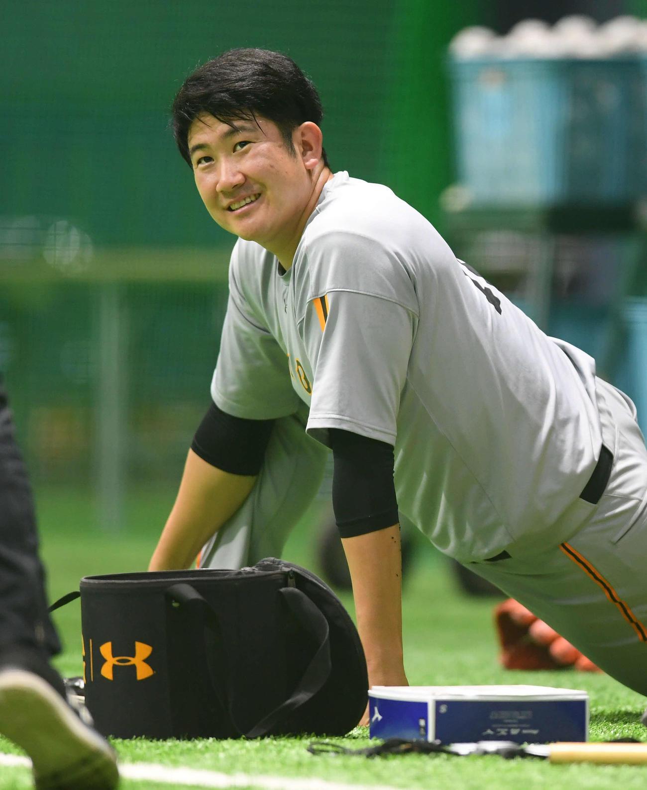 練習中、笑顔を見せる巨人菅野(撮影・たえ見朱実)