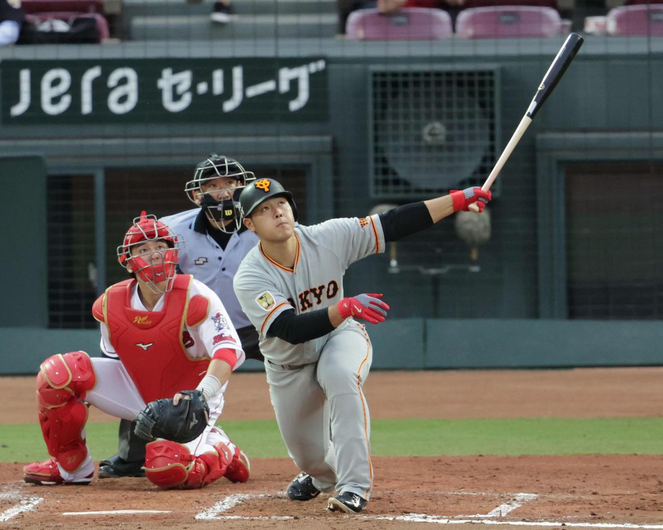 広島対巨人4回戦 3回表巨人1死二、三塁、岡本は左越え3点本塁打を放つ(撮影・加藤孝規)