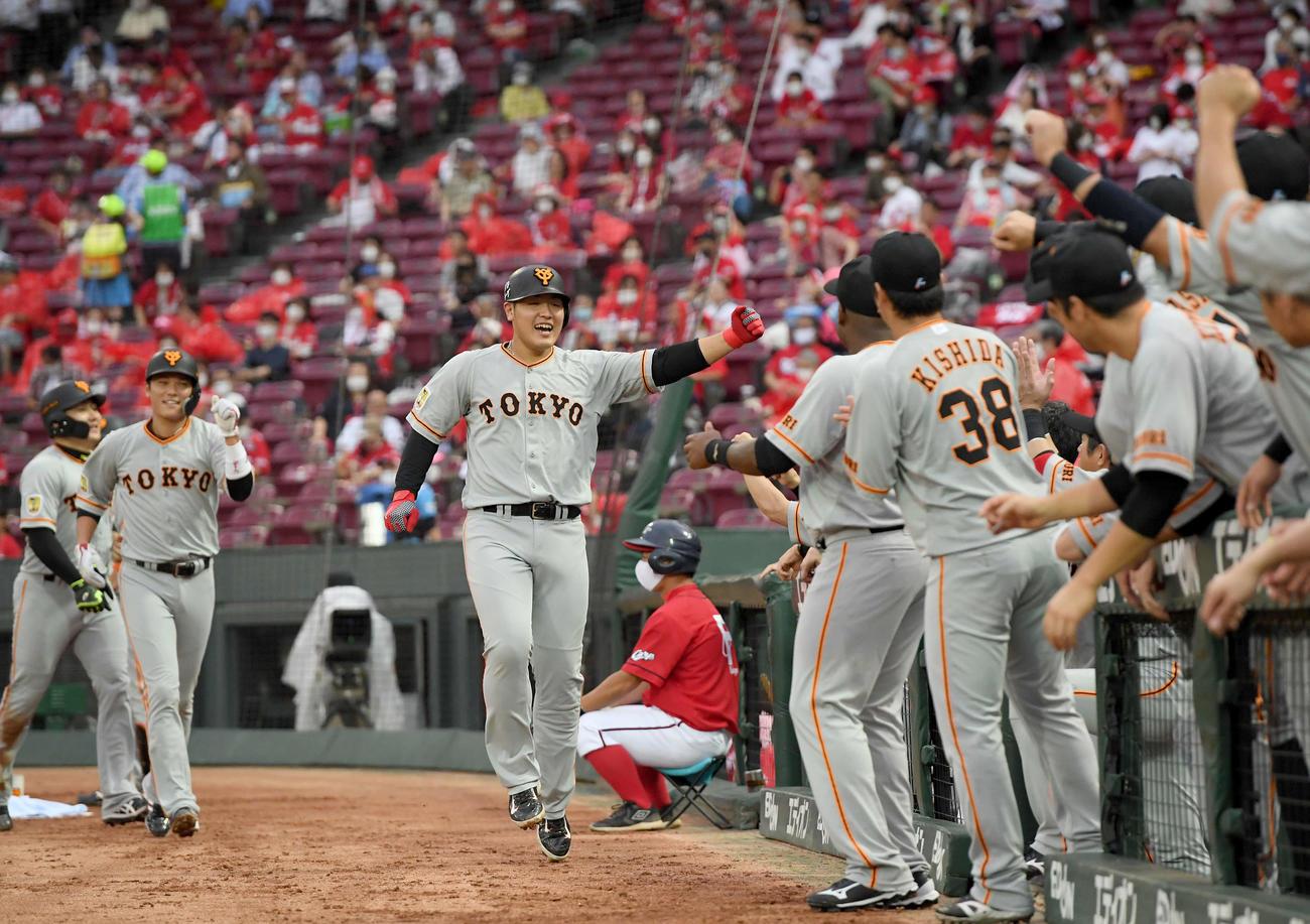 広島対巨人 3回表巨人1死二、三塁、3点本塁打を放ちスキップしながらガッツポーズを決める岡本(撮影・たえ見朱実)