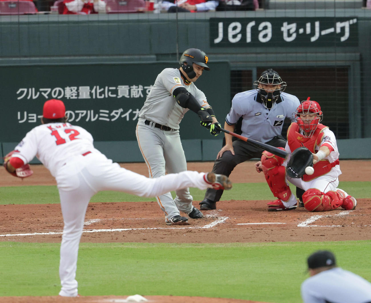 広島対巨人4回戦 3回表巨人1死一、三塁、丸は先制左適時二塁打を放つ。投手は九里(撮影・加藤孝規)