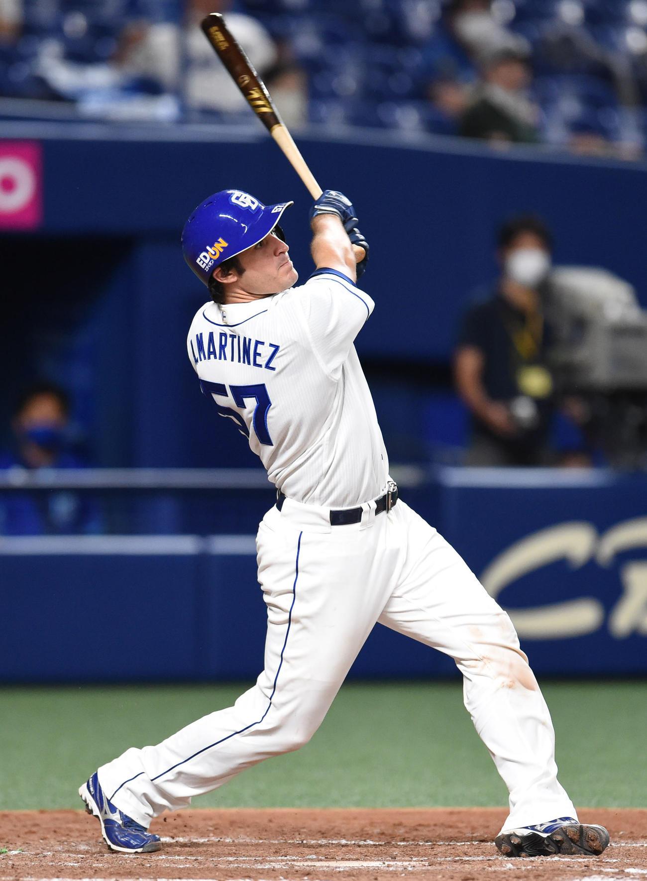 中日対DeNA 4回裏中日2死、右越え本塁打を放つA・マルティネス(撮影・森本幸一)