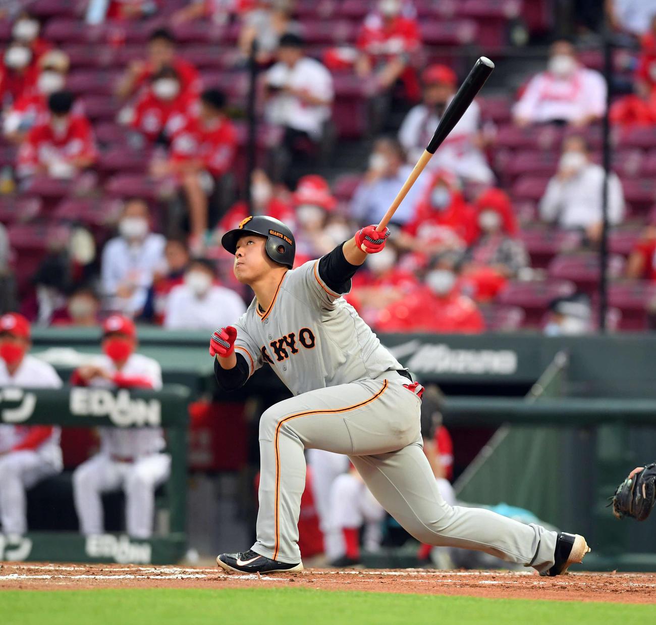 広島対巨人 3回表巨人1死二、三塁、左翼ポール際に3点本塁打を放つ岡本(撮影・たえ見朱実)