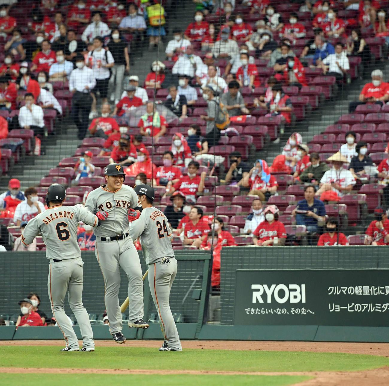 広島対巨人 3回表巨人1死二、三塁、3点本塁打を放った岡本和真は坂本勇人とジャンプ(撮影・たえ見朱実)