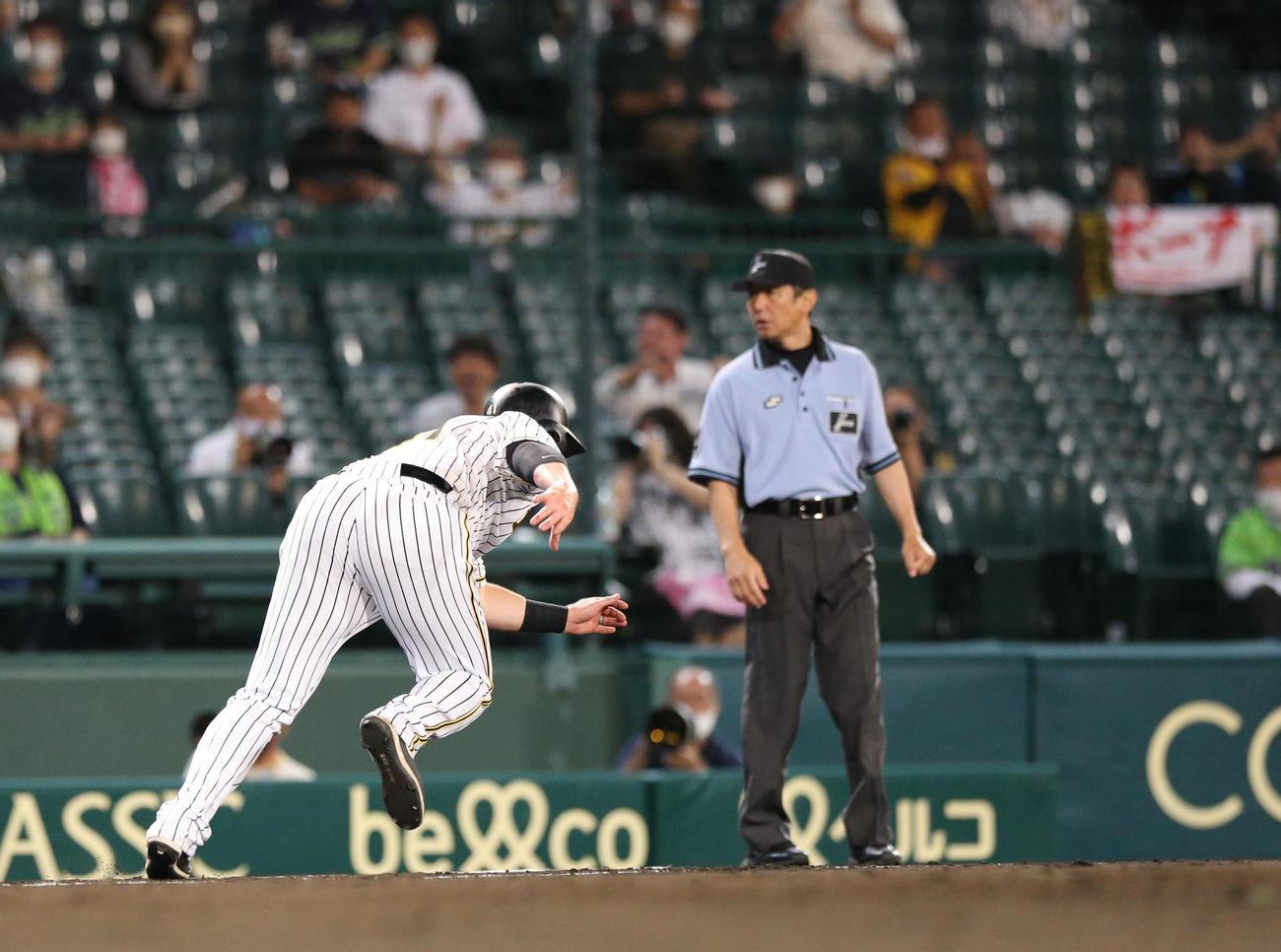 阪神対ヤクルト4回戦 7回裏阪神2死一塁、一走ジャスティン・ボーアはジェリー・サンズの右二塁打で一気にホームを狙うが慌てて引き返す(撮影・上山淳一)