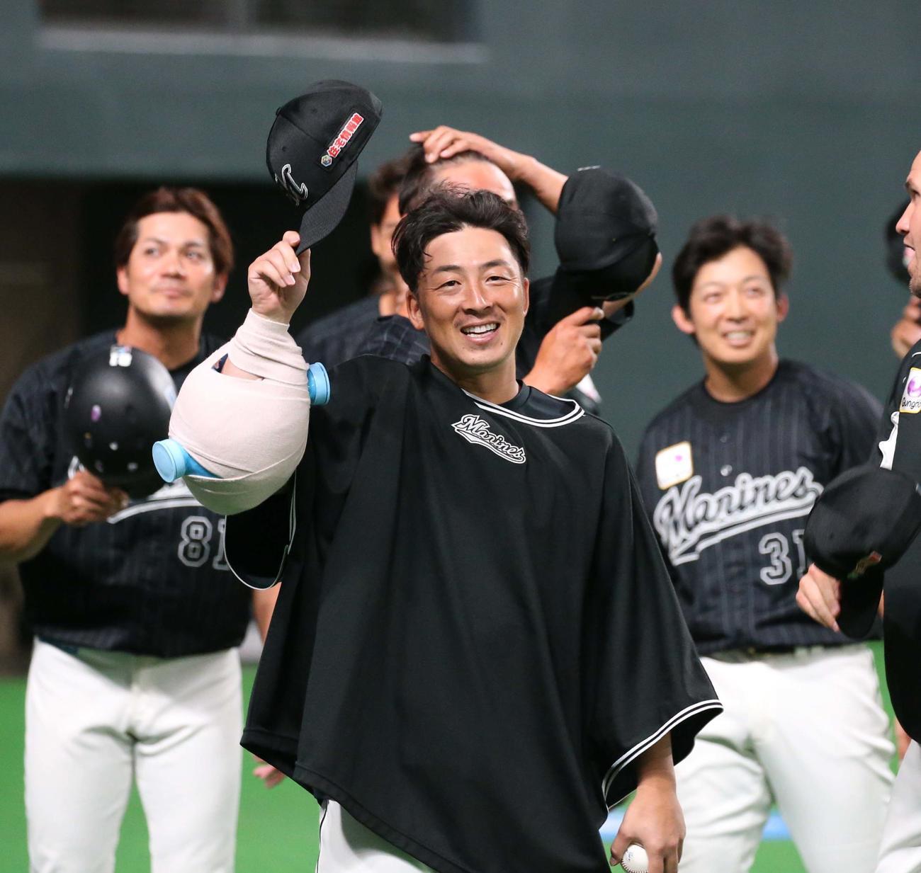 日本ハム対ロッテ 試合後、スタンドに笑顔であいさつするロッテ美馬(撮影・黒川智章)