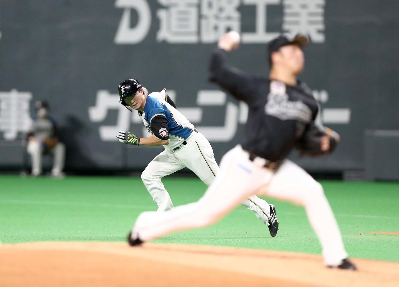 日本ハム対ロッテ 1回裏日本ハム無死一塁、盗塁を決める西川(撮影・黒川智章)