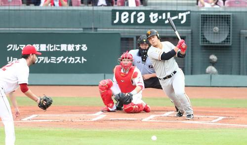 広島対巨人 1回表巨人2死二塁、岡本和真は仲目に先制適時打を放つ(撮影・梅根麻紀)