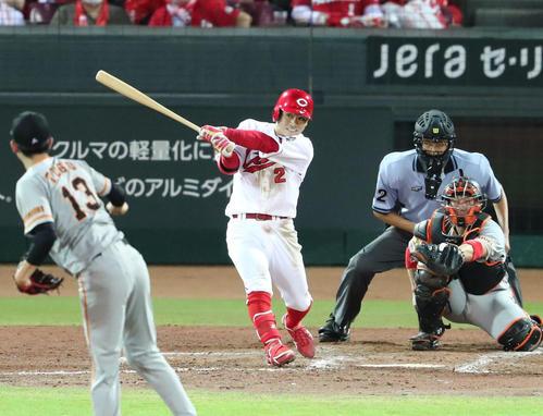 広島対巨人 5回裏広島2死、田中広輔は右翼線三塁打を放つ(撮影・梅根麻紀)