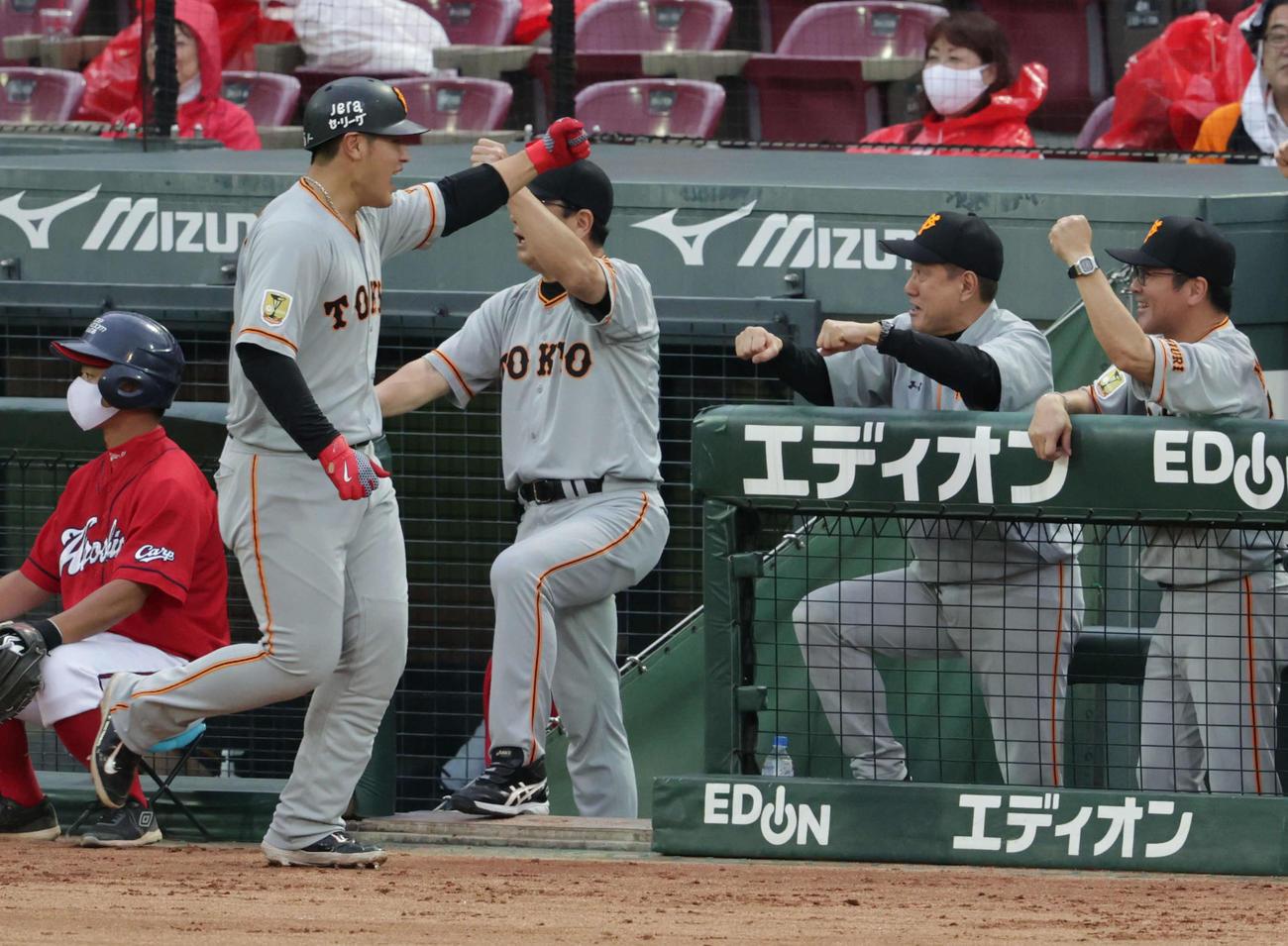 広島対巨人4回戦 左越え3点本塁打の岡本(左)を迎える原監督(右から2人目)(撮影・加藤孝規)
