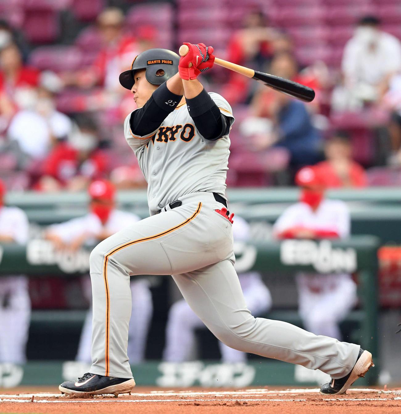 広島対巨人 1回表巨人2死二塁、先制の中前適時打を放つ岡本(撮影・たえ見朱実)