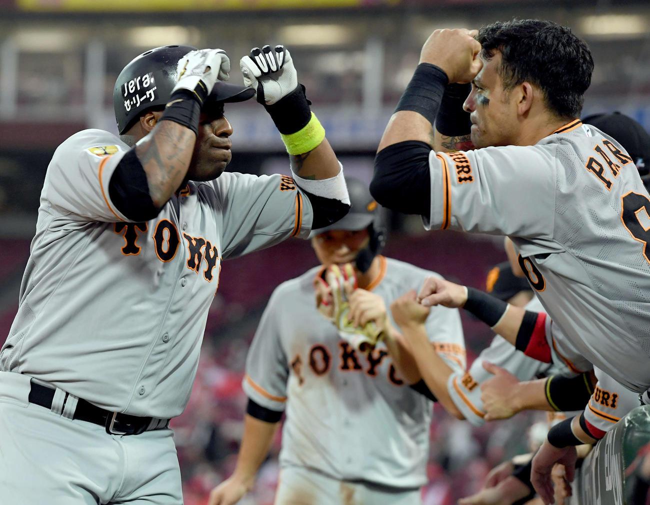広島対巨人 5回表巨人1死一塁、今季1号の2点本塁打を放ったウィーラー(左)はパーラと一緒にポーズを決める(撮影・たえ見朱実)