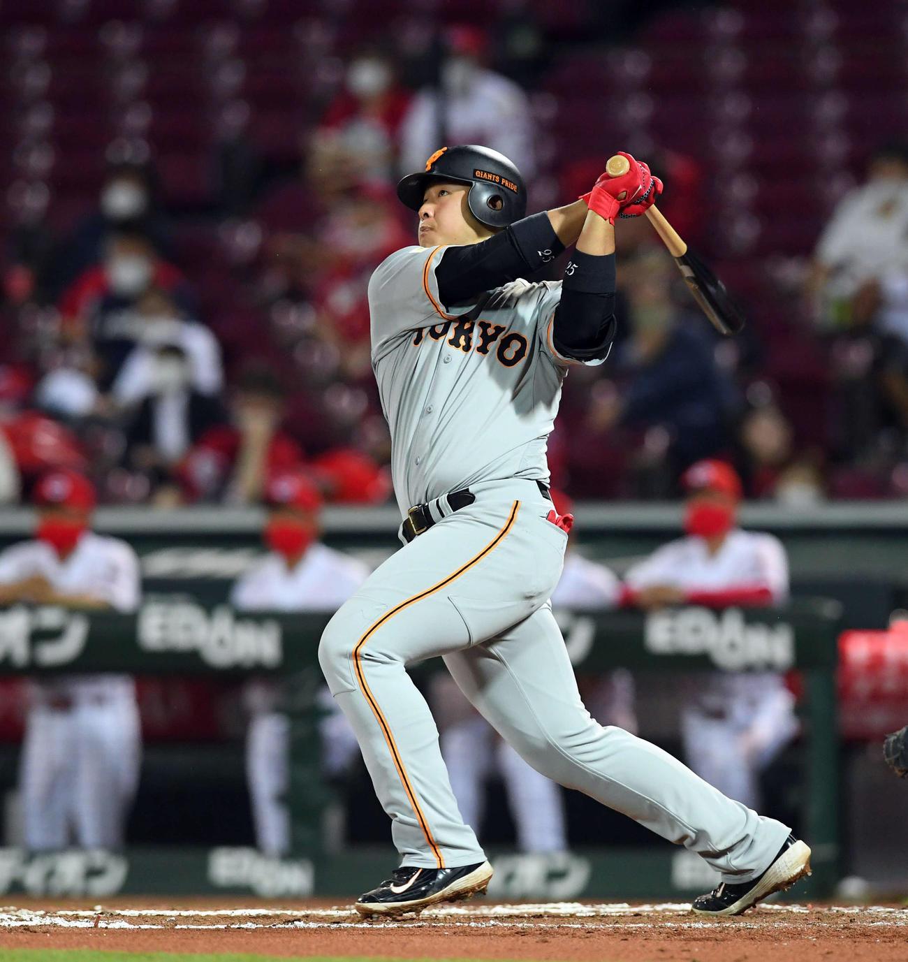 広島対巨人 6回表巨人2死三塁、左越えに2点本塁打を放つ岡本(撮影・たえ見朱実)
