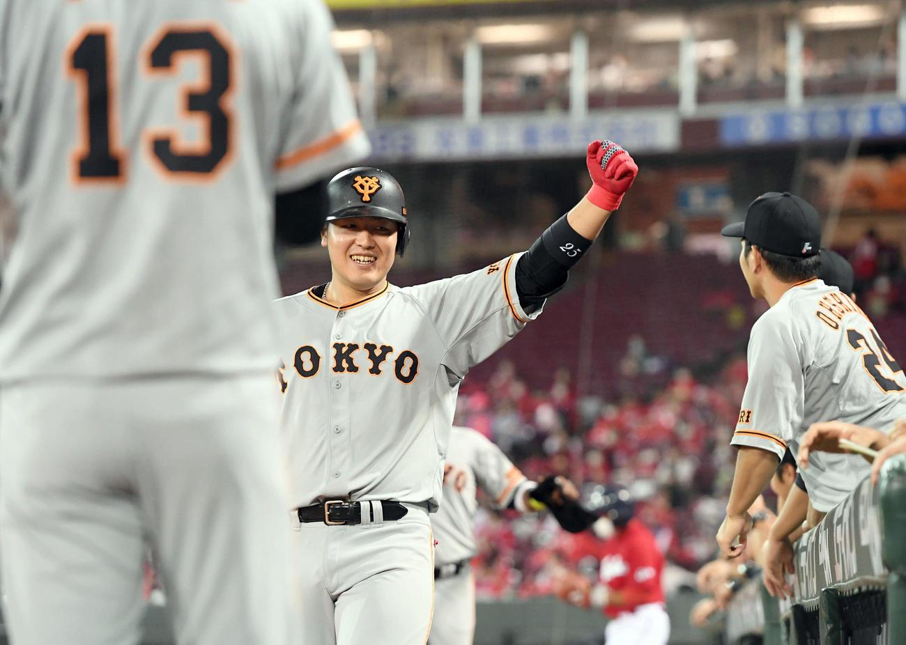 広島対巨人 6回表巨人2死三塁、左越えに2点本塁打を放ちガッツポーズ決める岡本(撮影・たえ見朱実)
