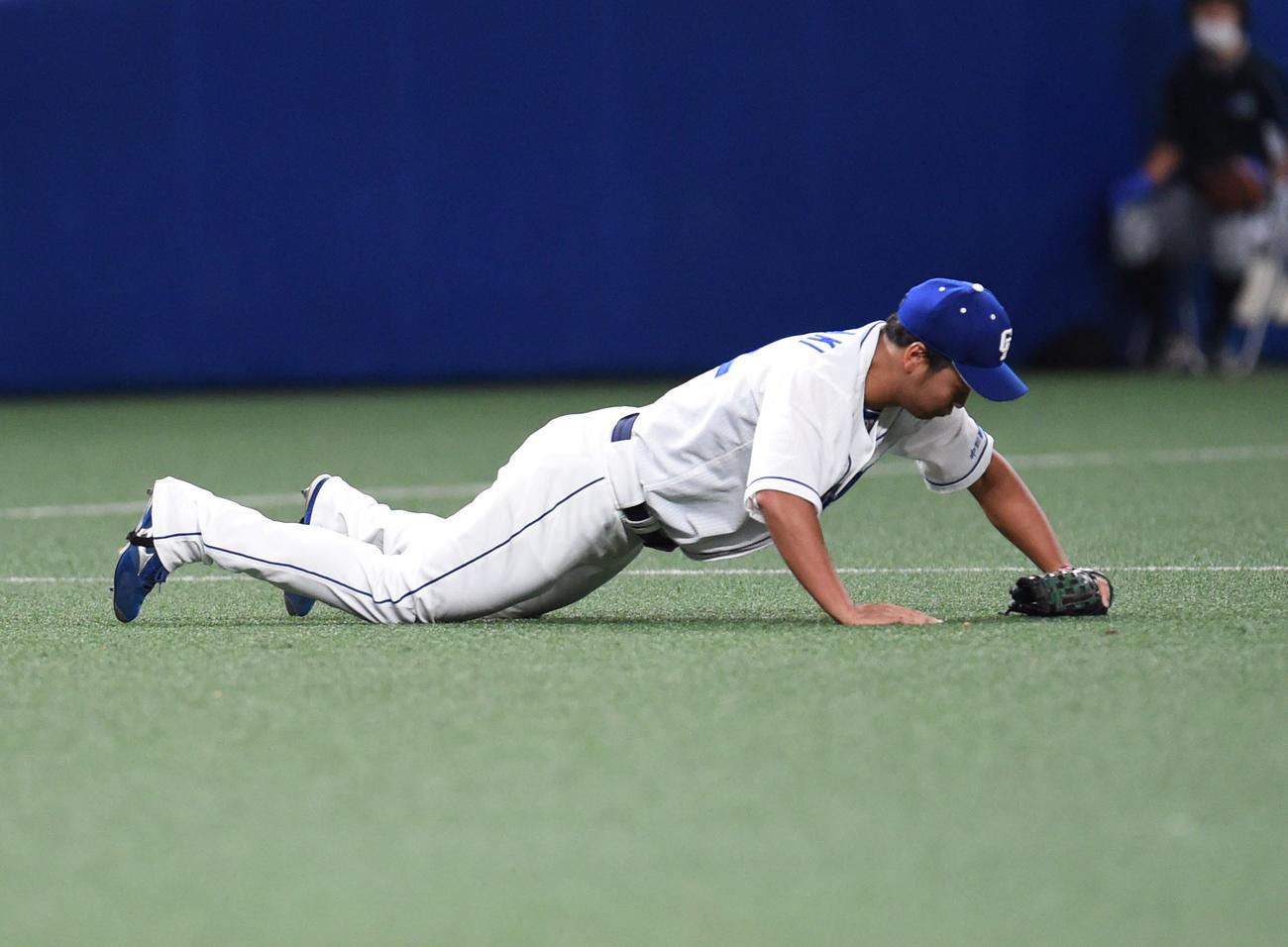 中日対DeNA 8回表DeNA2死満塁、宮崎敏郎の打球を好捕する石垣雅海(撮影・森本幸一)